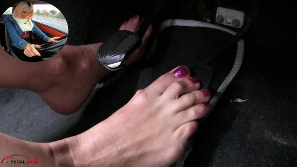 503 : Barefeet screaming drive - Starring Miss Iris