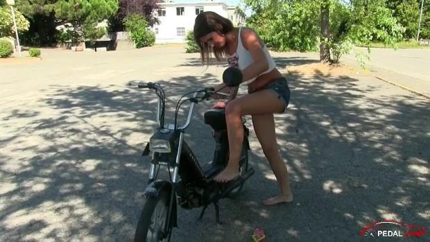 201 : Miss Black Mamba pedalstart and revving the moped Garelli Noi