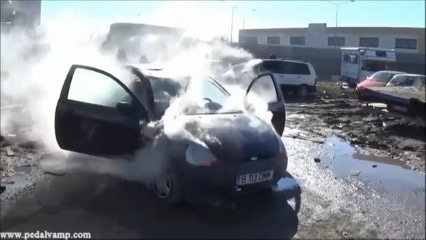 042-1 Vicky and Miss Iris destroy a Ford Ka