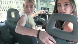 302 : Miss Iris & Miss Ale - driving reverse and doing burnouts