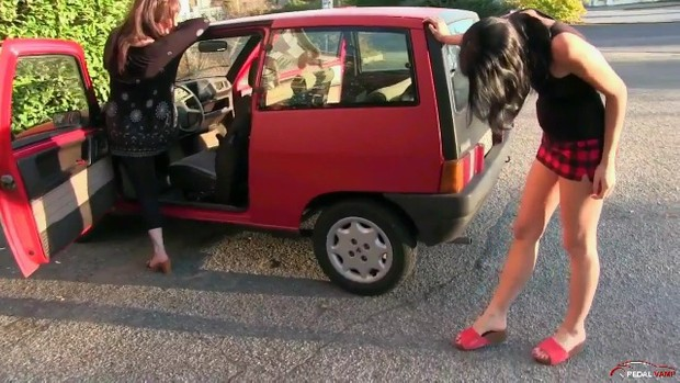 239 : Miss Vicky & Miss Black Mamba torture the old Lancia Y10