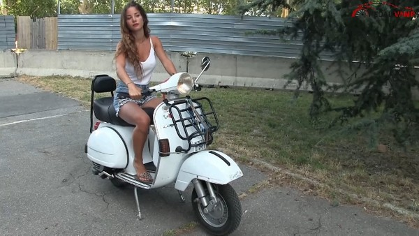 475 : Vespa kickstart and flip flops troubles - Starring Miss Amy