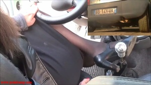 038 Vicky punishes a Ford Ka with a very hard revving