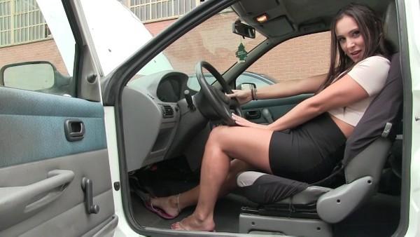 228 : Miss Iris bad mood ...  the Fiat Punto blows !!