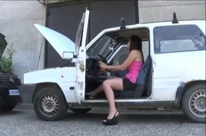 069 : Miss Iris & Miss Vicky crank an old Fiat Panda