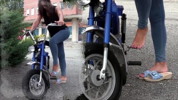 096 : Miss Iris cranks and revs the moped Garelli