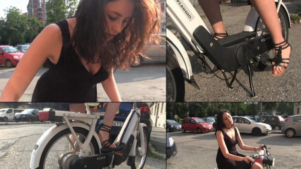 395 : Miss Melanie and the Piaggio Ciao - Fast food express delivery