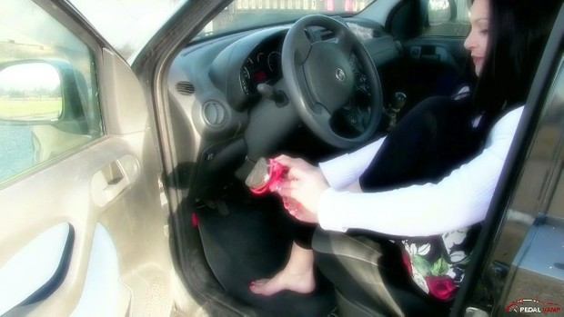 267 : Miss Iside sexy feet revving the Fiat Panda