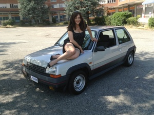 075 : Miss Vicky revving a Renault 5 GT Turbo
