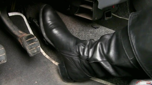 261 : Miss Iris cranking in leather boots