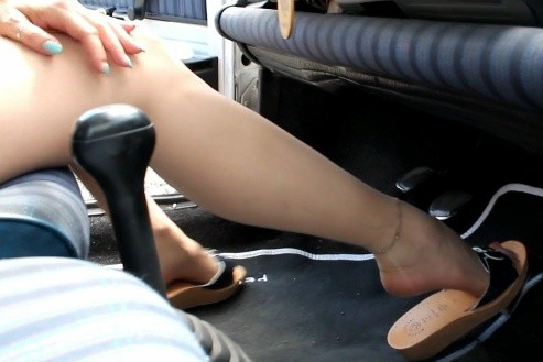 071 : Miss Vicky shoeplay while cranking an old Fiat Panda