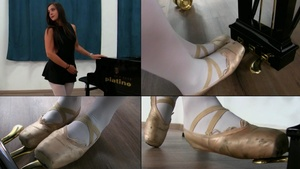 199 : Miss Iris feet and ankles workout at the piano