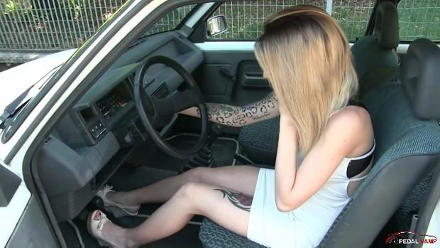 219 -J2 : Miss Jasmine warming up the Renault 5