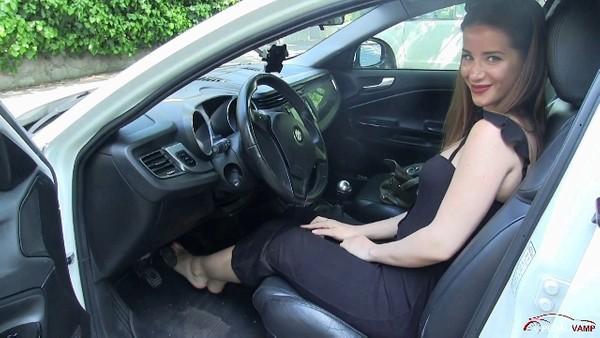 389 : Miss Amy revving the Alfa Romeo Giulietta