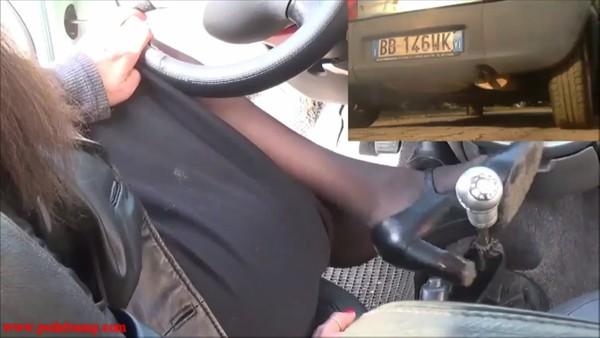 039 : Vicky cranking a Ford KA