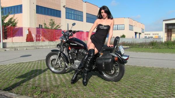 242 : Miss Black Mamba meets the Harley Davidson