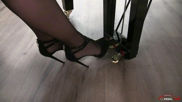 251 : Miss Iris learns how to play piano - Sonata 4 in high heels and black stockings