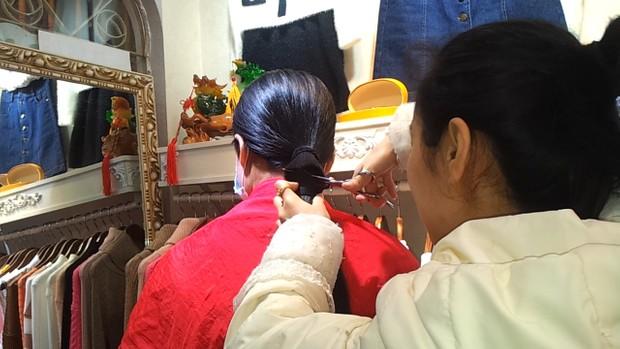 Cut the cute girl's longhair in the clothing shop
