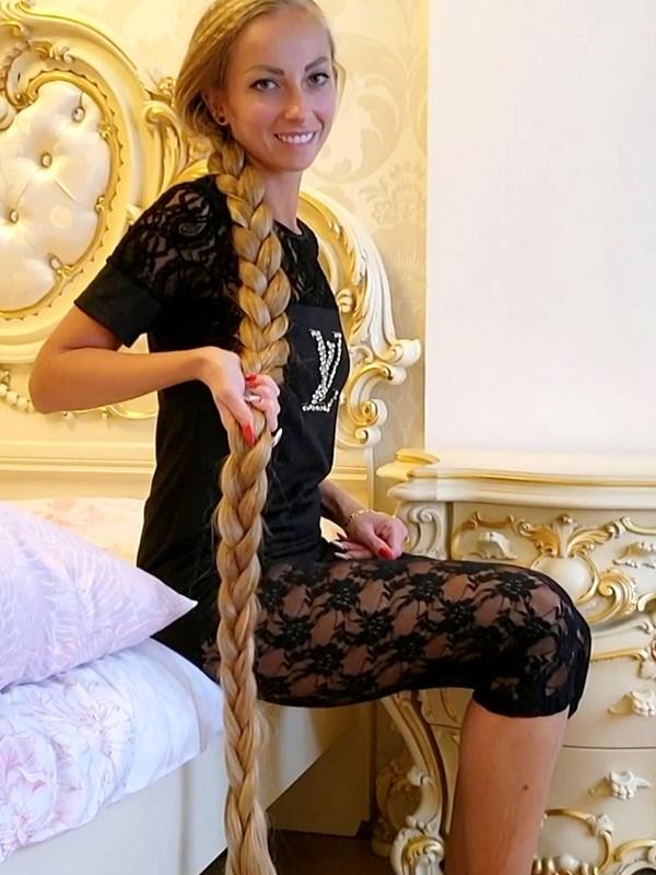 VIDEO - The long hair queen's hair sounds