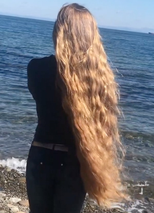 VIDEO - Julia's windy hair play by the water