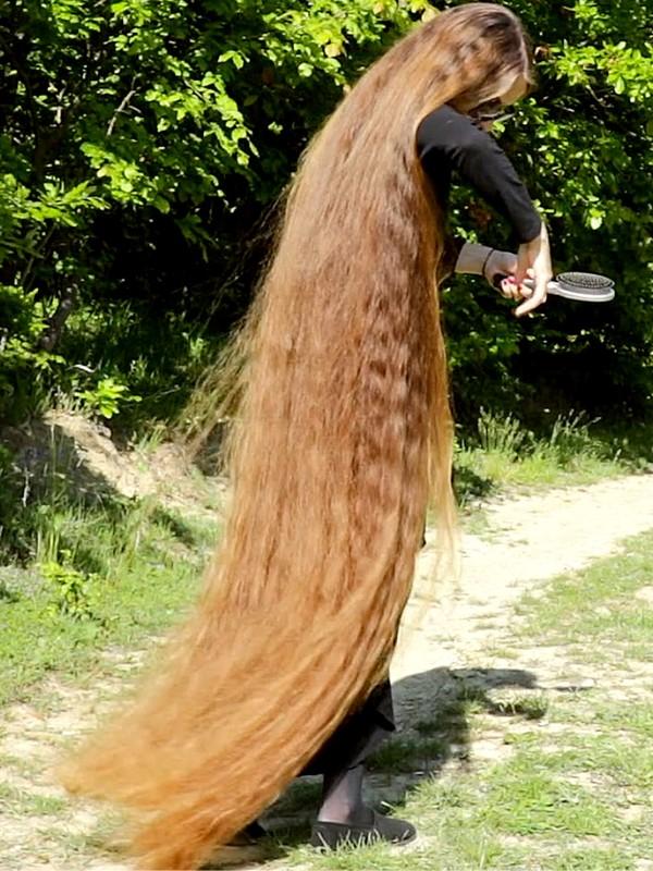 VIDEO - Unbelievably long hair 2