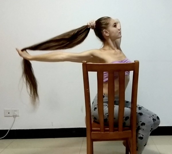 VIDEO - Knee length hair dancer in chair