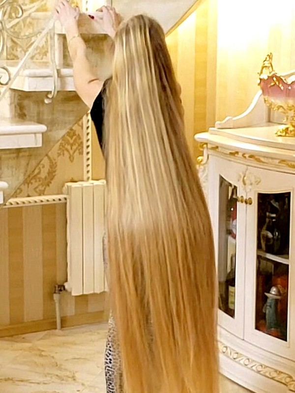 VIDEO - Rapunzel's blonde hair dance