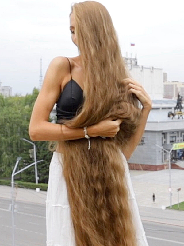 VIDEO - Classy long hair elegance in the city