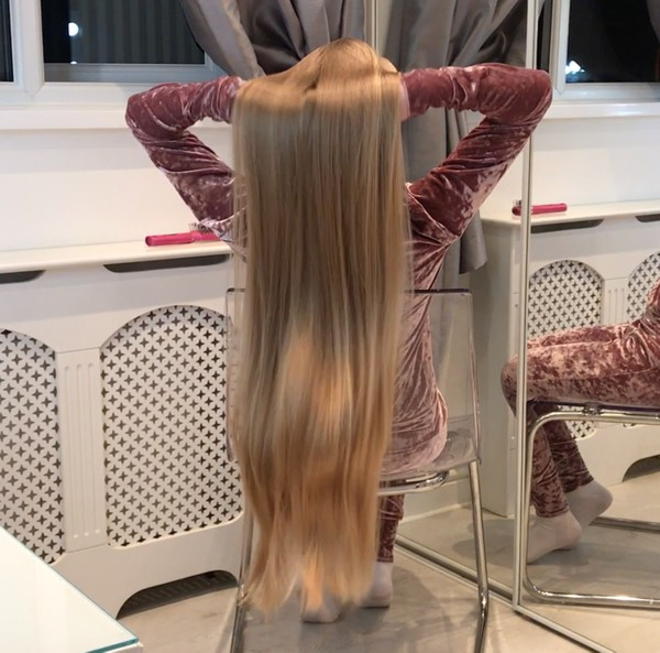 VIDEO - Supersilky blonde in chair