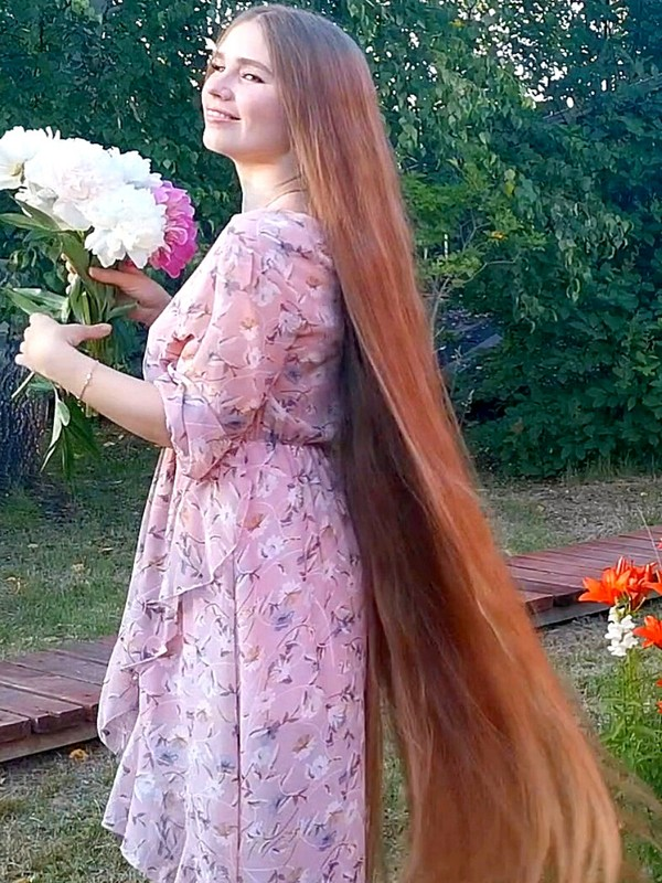 VIDEO - Long haired beauty in nature