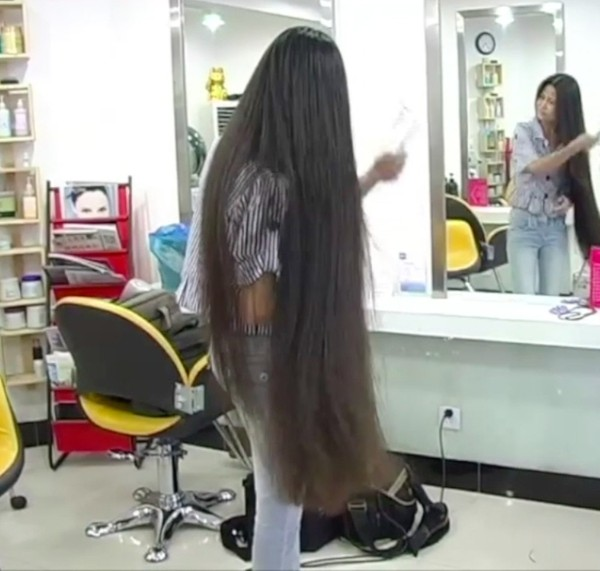 VIDEO - Chinese knee length hair in the studio