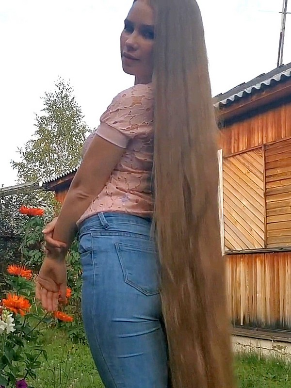 VIDEO - She has dreamt about floor length hair