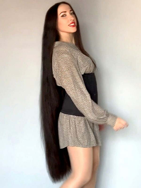 VIDEO - Knee length hair play and perfection