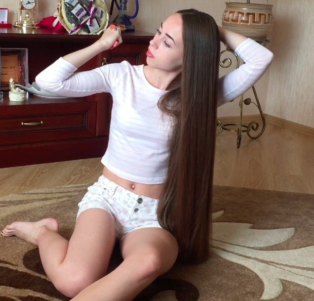 VIDEO - Perfect classic length hair play on the floor