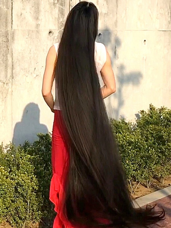 VIDEO - Extremely beautiful Rapunzel with super long hair