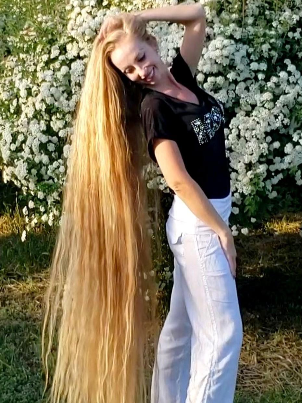 Video Super Long Blonde Hair And Wonderful Flowers