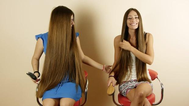 VIDEO - Suzana & Helena brushing each others hair