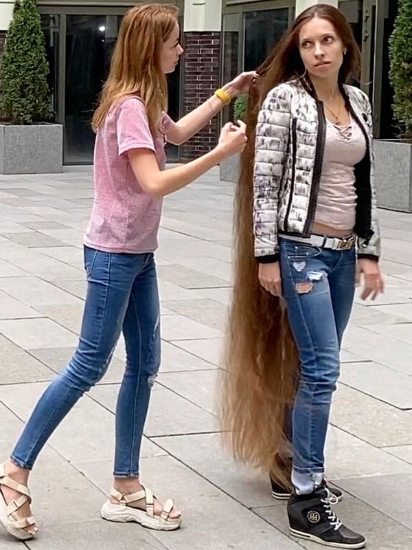 VIDEO - Floor length hair show in public