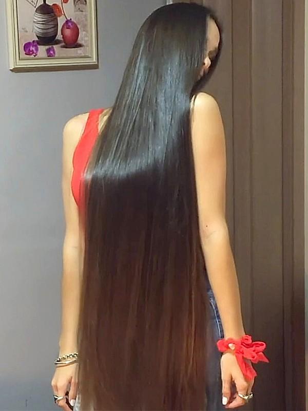 VIDEO - Pamela's hair is so silky!