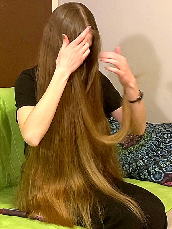 VIDEO - Thick hair in a green sofa