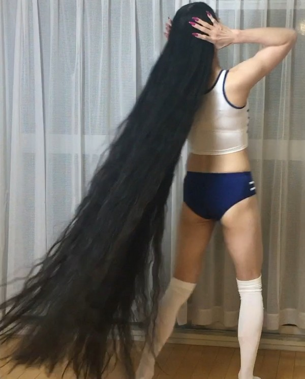 VIDEO - Rin's workout and hair display