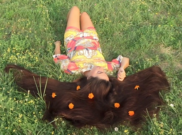 VIDEO - Long hair and flowers