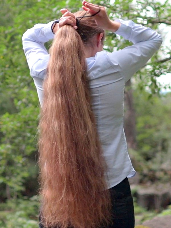 VIDEO - Massive ponytails in nature