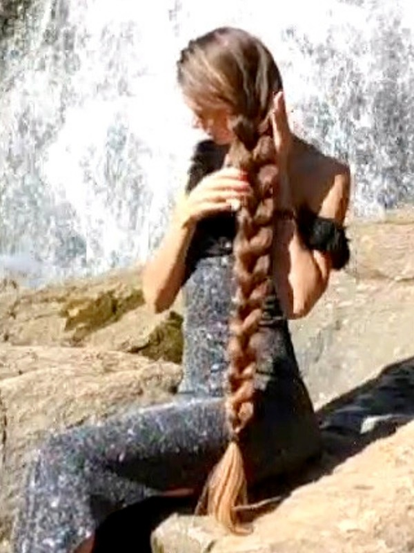 VIDEO - Brunette's hair play by the water