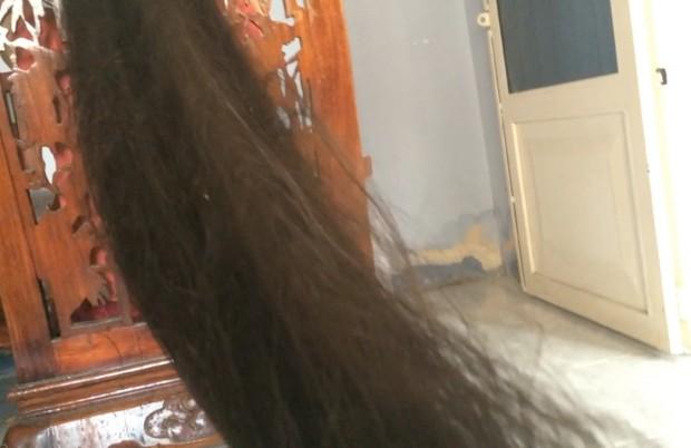 VIDEO - Beyond floor length hair play in sofa