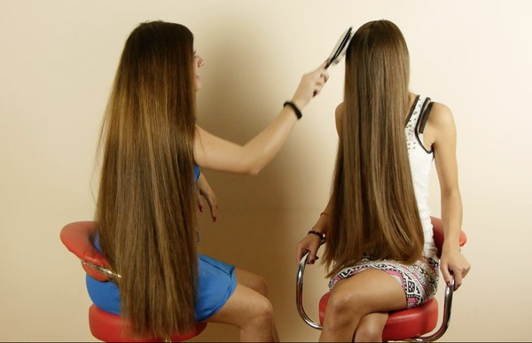 VIDEO - Suzana & Helena brushing each others hair