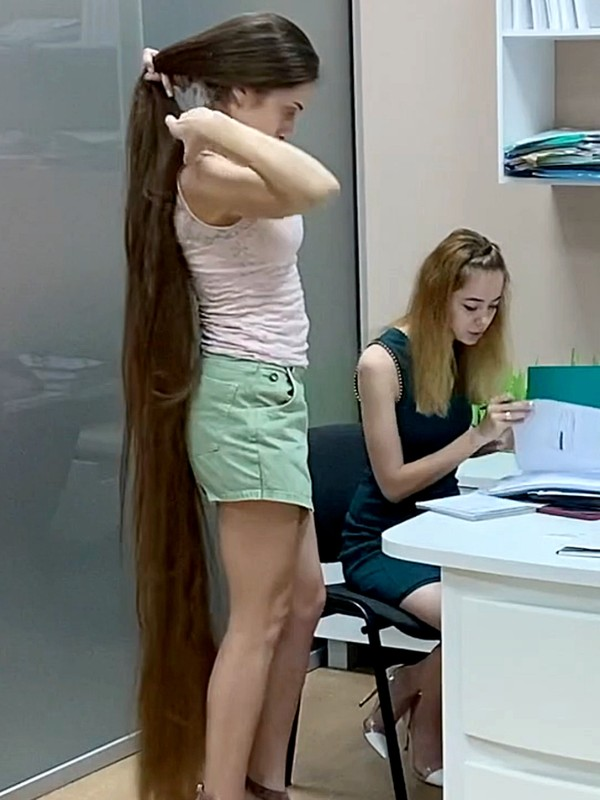 VIDEO - Super long hair secretary