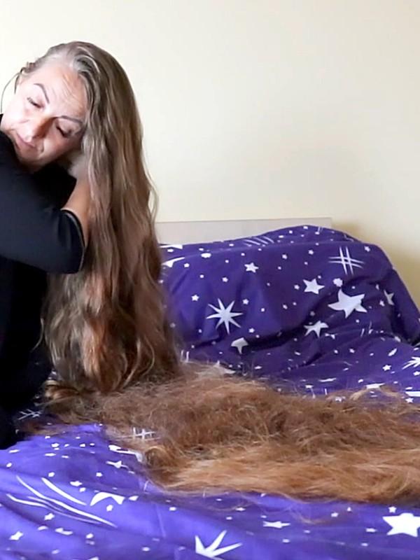VIDEO - Hair longer than a bed