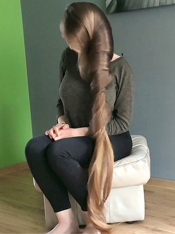 VIDEO - Extremely beautiful long hair lady