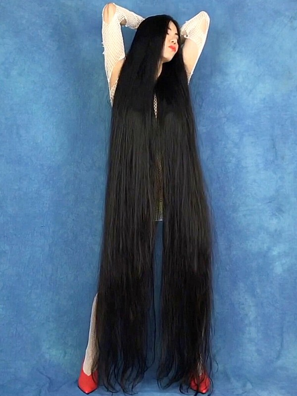 VIDEO - Extreme floor length hair covering and play